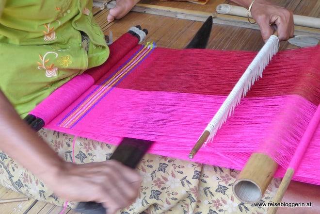 Bunte Schals werden von den Bewohnern der Chindörfer gewebt