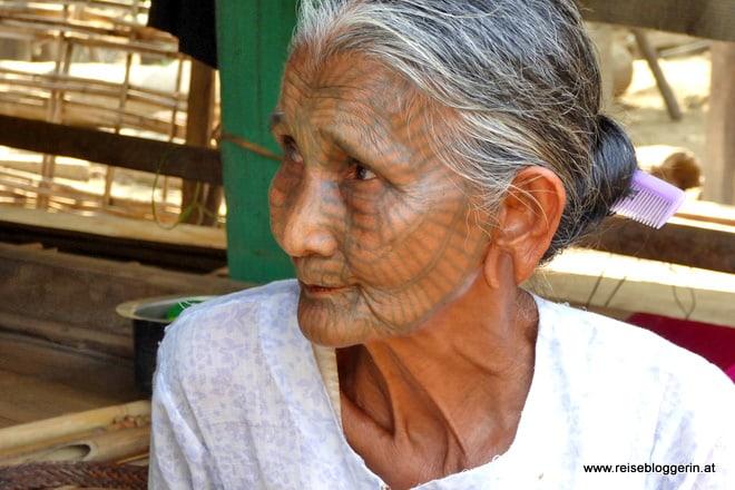 Eine Chinfrau mit Gesichtstätowierungen