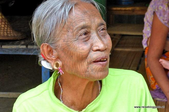 Tattoo Lady aus dem Dorf der Chin